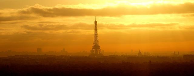 Panorámica de París con la torre Eiffel bañada por el sol del amanecer o anochecer