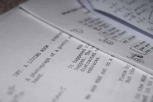 Guión impreso con anotaciones para editar o traducir