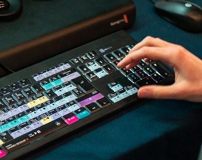 Teclados con botones dedicados a la edición de vídeo para simbolizar el lenguaje audiovisual