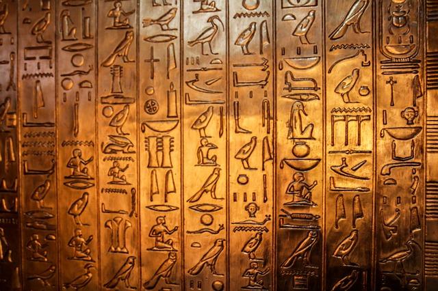 Jeroglifos sobre oro como podrían ser las inscripciones de la Momia 1999