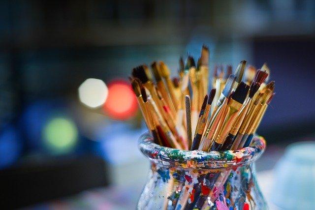 Pinceles sobre boto con restos de colores de pintura para simbolizar los diferentes idiomas y dialectos cuando se busca aprender un acento