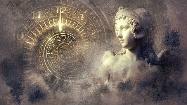 Estatua junto a reloj interminable con entorno difuminado para simbolizar los idiomas en las películas históricas