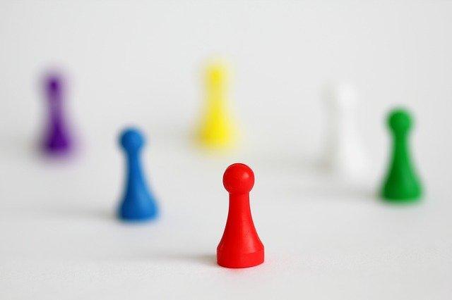 Varios peones de diferentes colores para simbolizar la diversidad de personas, con sus habilidades y discapacidades, y la necesidad de inclusión y accesibilidad